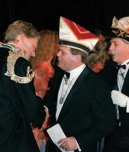 Schlagerfestival: Felicitatie voor de winnaar: In de orde van...(van links naar rechts: Erik Huiskamp, John de Kluijs en Henk van der Pol)