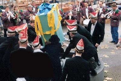 Een carnavalistische grap, dacht de gemeente blijkbaar, want nog nooit stroomde het water zo rijkelijk over het Plein.