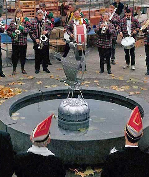 Geen geklungel meer met dat ding, dachten ze daar op het Stadhuis, want helaas, plotseling was dit monument in augustus van datzelfde jaar alweer verdwenen.