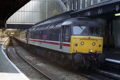 47528 'The Queens Own Mercian Yeomanry' awaits departure from Paddington with 1S87 1413 to Edinburgh (12/08/1995)