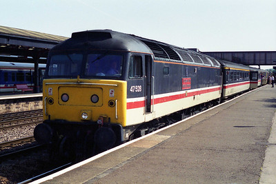 Deputising for an unavailable 'Inter City' machine, 47528 calls at Oxford with 1S87 1413 Paddington - Edinburgh (12/08/1995)