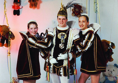 Jeugdprins Robin den Eerste (de Bruijn) met zijn pages. Links Anja Leerinhetvelt, rechts Marron Meijer