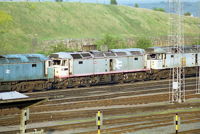 47249 is flanked by 47096  and 47214 in the scrap line at Tinsley (02/05/1997)