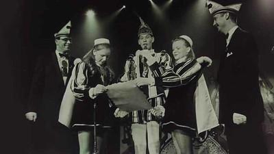 Van links naar rechts: Adjudant Peter Pfeil, Page Maaike Onstenk, Jeugsprins Niek den Eerste Saleming, Page Kelly de Graaf en Adjudant Perry Jacobs