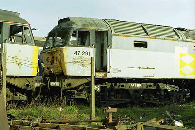 The collision-damaged cab which had ended 47291's career at the end of 1995. To the left is 47321 (15/03/1998)