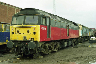 Recently-arrived 47543 waits its turn in the queue with 47102 and 47378 (05/04/1998)