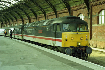 47831 'Bolton Wanderer' pauses at Darlington with the SuO 1E26 0858 Derby - Newcastle (26/04/1998)