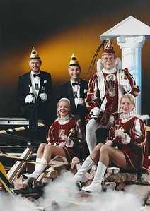 Kabinet Prins Theo den Derde: van links naar rechts, Adjudant René Meyering, Page Bianca Verheul, Adjudant Eric Jansen, Prins Theo den Derde en Page Irina Verheul