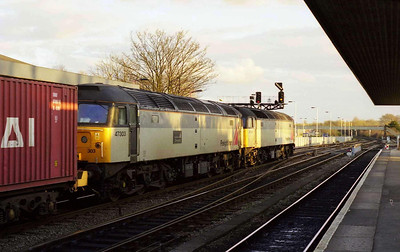 With 47303 d.i.t, 47290 pauses at Oxford with 4O31 1225 Leeds-Southampton Freightliner (13/03/1999)