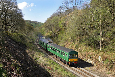 101680 rounds the curve at Beck Hole whilst forming the 1550 Grosmont-Goathland on 05/05/2006.