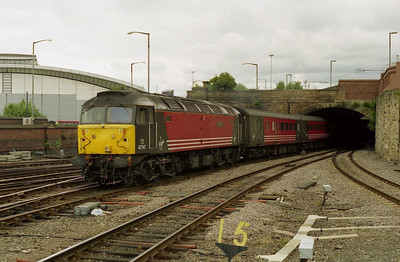 47747 'Graham Farish' arrives at Sheffield with the SuO 1E26 0935 Birmingham - Newcastle. For several weeks this service was booked to arrive via Beighton and run round, hence its appearance at the north end of the station (15/07/2001)