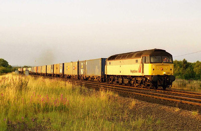 The best was yet to come though as following closely behind was former Thornaby stable-mate 47302 at the head of the fully-laden 4O07 2029 Stourton - Southampton. Priceless... (27/07/2001)