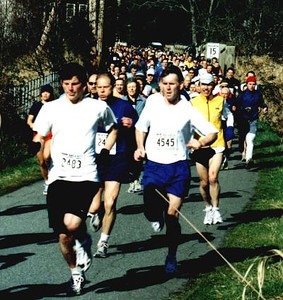 2002 Hatley Castle 8K - More throng, more narrow road
