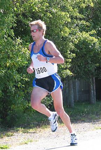 2002 Sidney Days 5K - Winner Greg Bennett powers for the finish