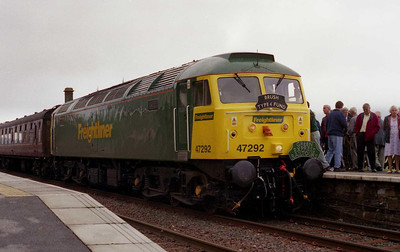 And now for something completely different... Freightliner's 47292 pauses at Garsdale with Green Express Railtours' 1Z60 0902 Llandudno Junction-Carlisle charter (10/08/2002)