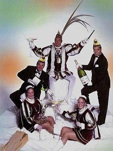 Kabinet Prins Theo den Vierde (Peters) met van links naar rechts: Page Femke Leliveld, Adjudant Colin Skinner, Prins Theo den Vierde, Page Ragna Kleinschiphorst en Adjudant Patrick Molemans