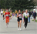 2003 Sooke River 10K - Dee Ogden outdistances a pack