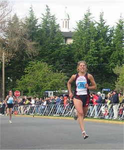 2003 Times-Colonist 10K - Carolyn Murray gives it her all to hold off Nancy Tinari for 2nd