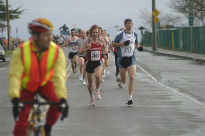 2004 Bazan Bay 5K - The leaders head into the wind