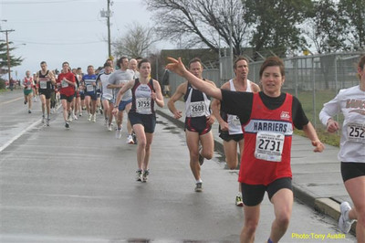 2004 Bazan Bay 5K - Debbie Scott waves while destroying the women's masters course record