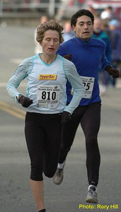 2004 Mill Bay 10K - Lucy Smith and Hugh Trenchard near the finish