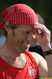 2004 Sooke River 10K - Kevin makes some final adjustments to the bandana