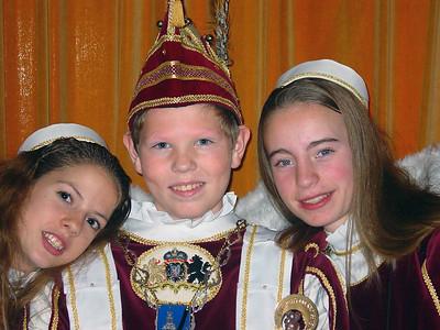 Jeugdprins Kevin den Tweede (Koppers) en zijn pages Mandy Kouwen (links) en Claudia van der Pol (rechts)