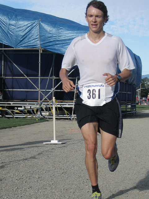 2005 Run Cowichan 10K - Megan Metcalfe edges Elizabeth Wightman for 5th