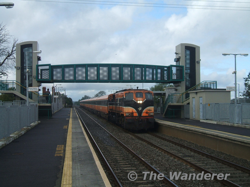 072 passing Monasterevan with the 0735 Tralee - Heuston Special. 072 could be heard all the way from Portarlington - a wonderful sound, Sun 17.09.06