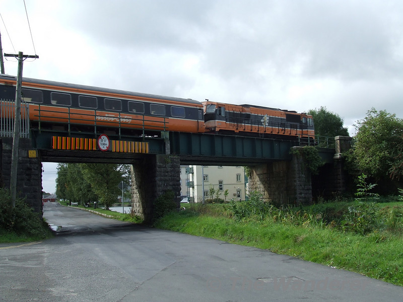 Caught on the hop part 2 - decided to pop down to the river bridge to get shots of down road empty trains however 087 beat me to it and this is the result a rushed shot of it passing over the roadbridge at Monasterevan. Considering how rushed it was I think it's quite nice. Sun 17.09.06