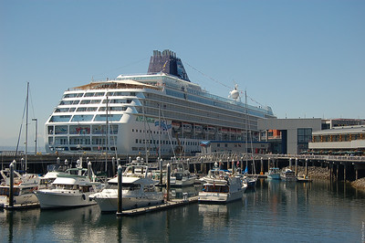 A more complete view of the cruiseship.  That thing is *BIG*!