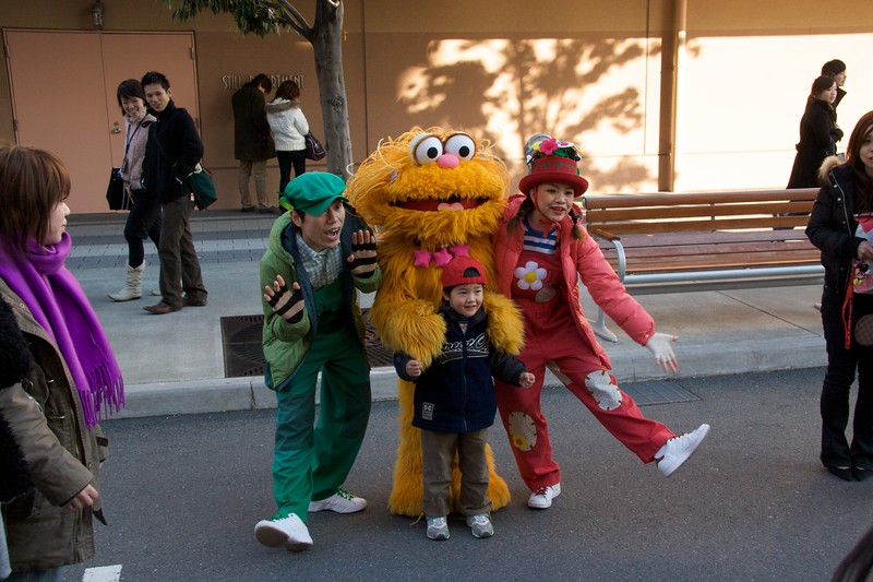 Zoe poses with a child • At Universal Studios Japan, Osaka.   I <strong>think</strong> this is the character 'Zoe' from <cite>Sesame Street</cite> (that was the impression I got from looking briefly at the <cite>Sesame Street</cite> website), but I could well be wrong.   If you know better, please let me know.