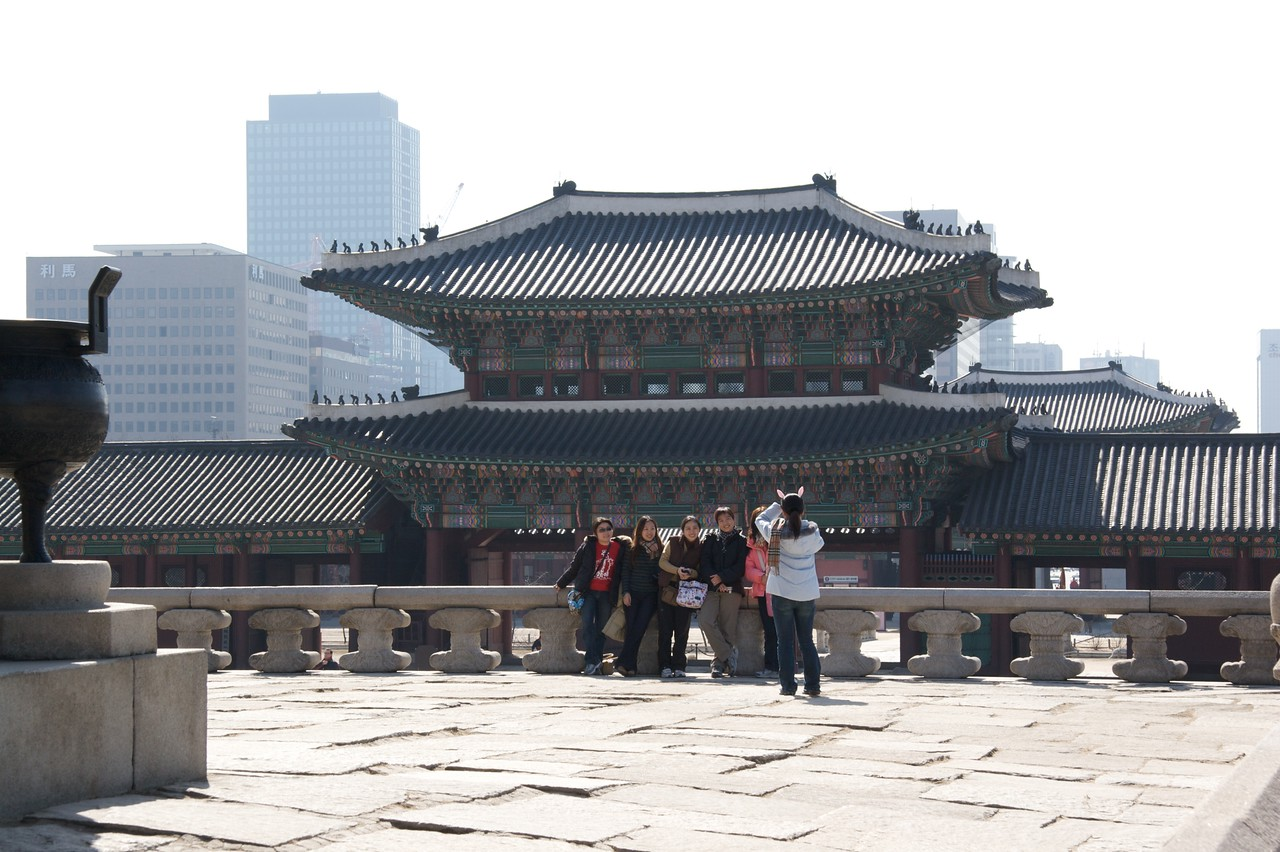 Portrait before the Geunjeongmun • A group of people having its portrait taken before the Geunjeongmun, the main gatehouse of Gyeongbokgung.