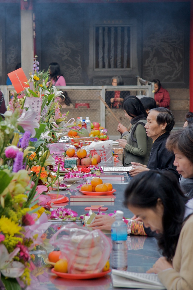 Offerings at Longshan Temple