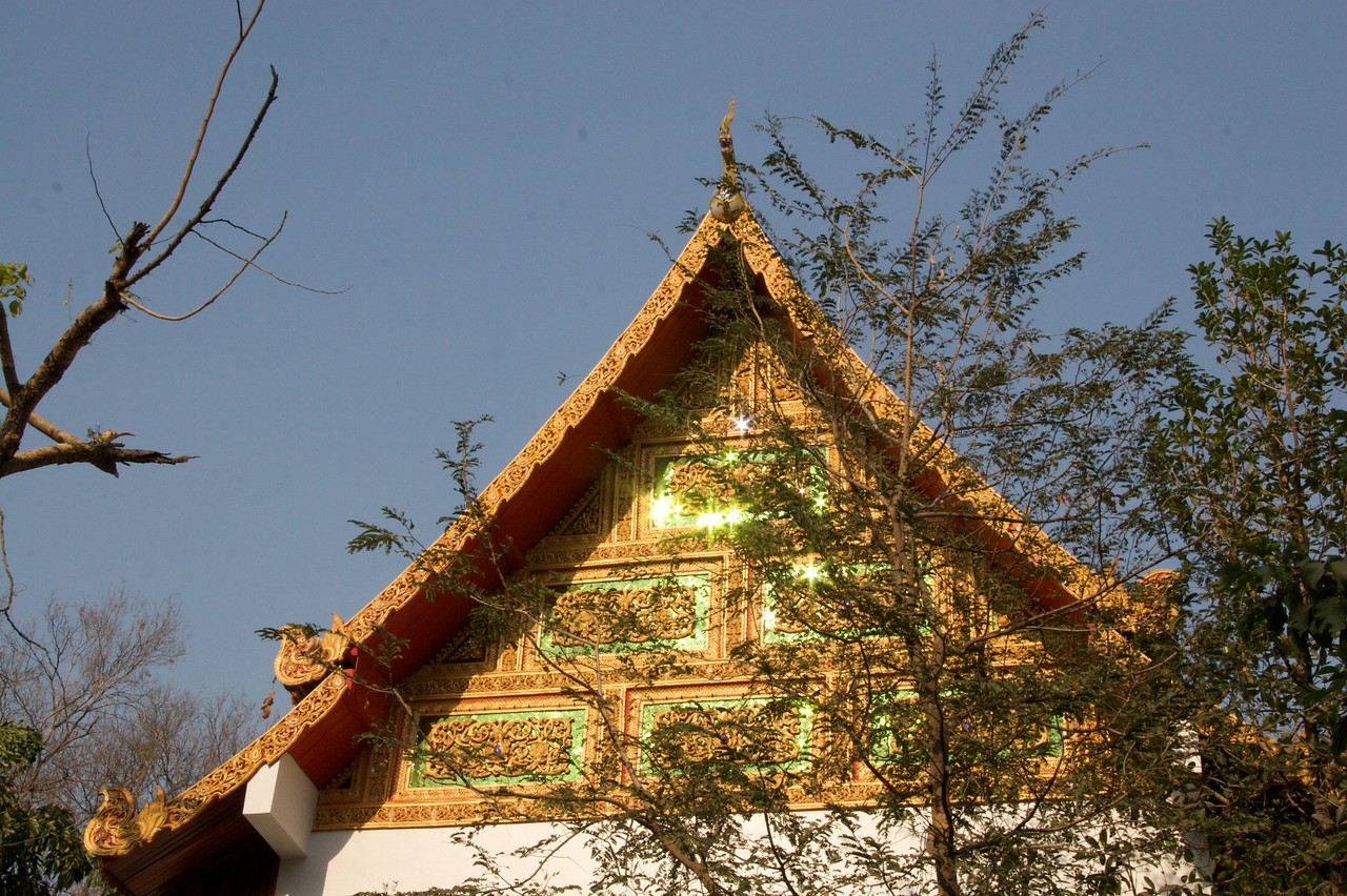 Wat Chaimongkol • A roof glittering in the late-afternoon sun at Wat Chaimongkol in Chiang Mai.
