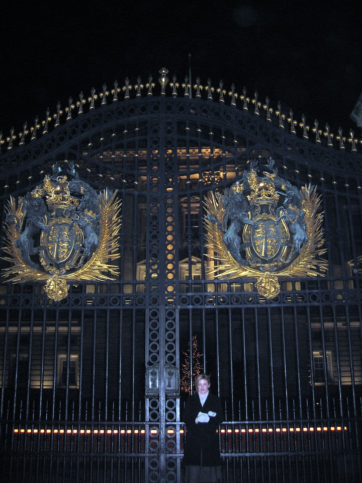 Sarah, at the gates of Buckingham Palace