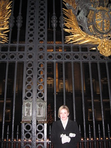 Sarah, at the gates of Buckingham Palace