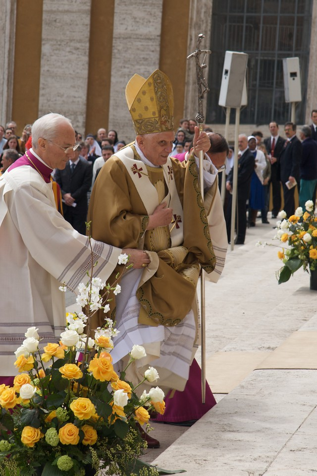 The Pope • The procession from the sanctuary after Mass on Easter Sunday went straight past us—we were sitting behind the sanctuary, facing the rest of the enormous congregation. The Pope was about to go up to his balcony over St Peter's Square to give his Easter message Urbi et Orbi (to the city and the world).