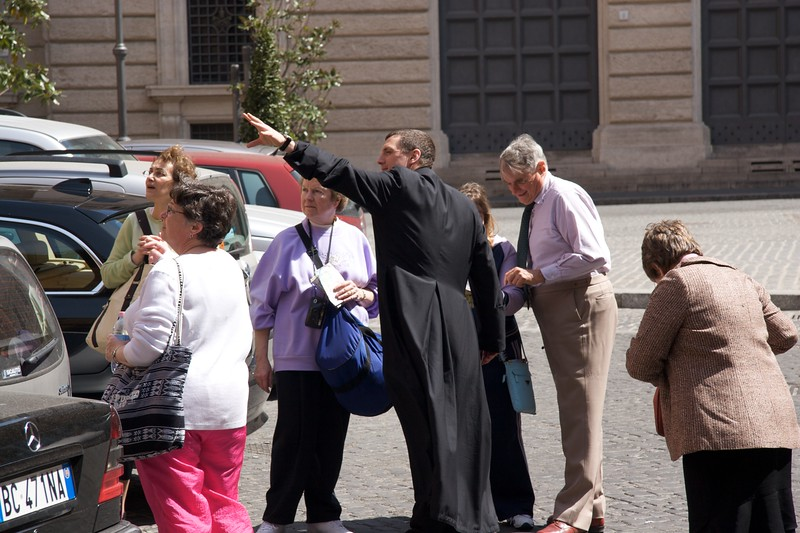 Directing tourists • Giving directions to some American tourists outside the Gregorian University.