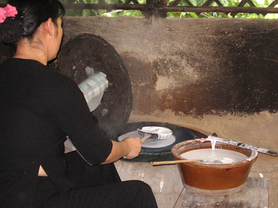 Making rice paper wraps - Leslie Rowley