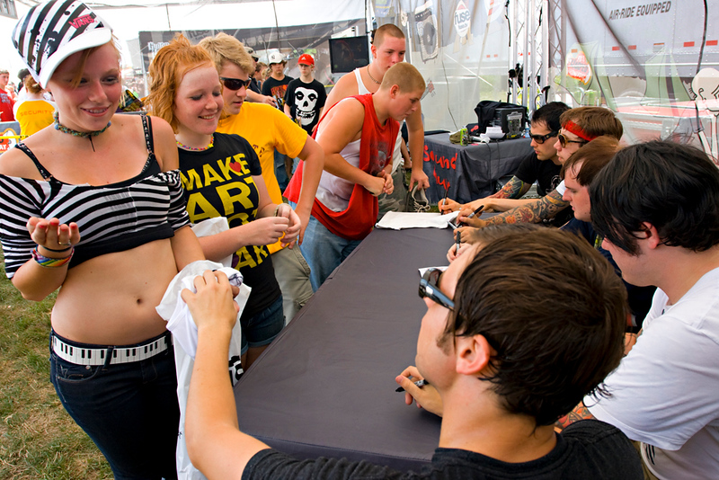Hawthorne Heights signing