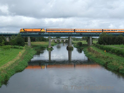 The Classic Monasterevan Shot - 201 class loco 205 passes over the Barrow Bridge (Monasterevan) with the 1110 Heuston - Killarney ety pass. Upon arrival this train would form the 1345 Tralee - Heuston which started in Killarney the portion from Tralee being covered by a DMU. Sun 17.09.06