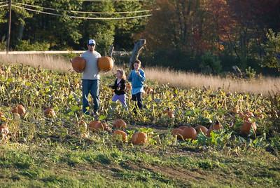 FOM Fundraising - Selling Pumpkins at Mack's