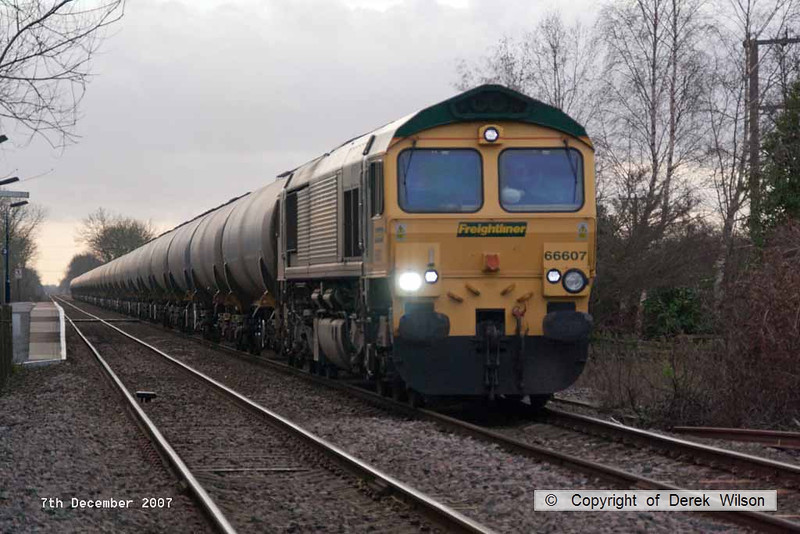 071207-017     Freightliner class 66/6 no 66607 is captured passing Bleasby, powering train 6E54 Kingsbury to Humber oil refinery, empty (fuel-oil) bogie tanks.