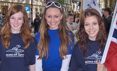 Mens Camilla, Cathrine og Katrine bar flaggborg på slutten av toget