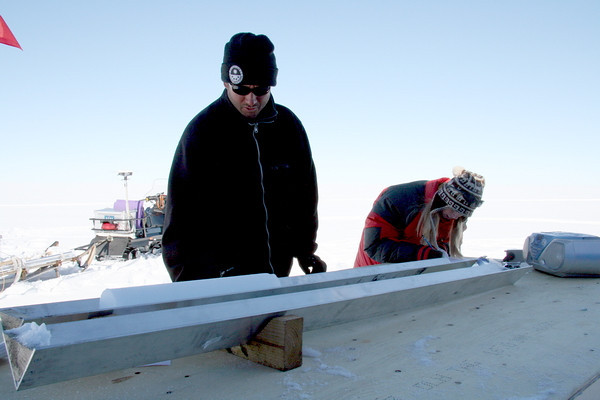 Working on icecores<br /> Simon and Susanne measuring, logging and packing an icecore
