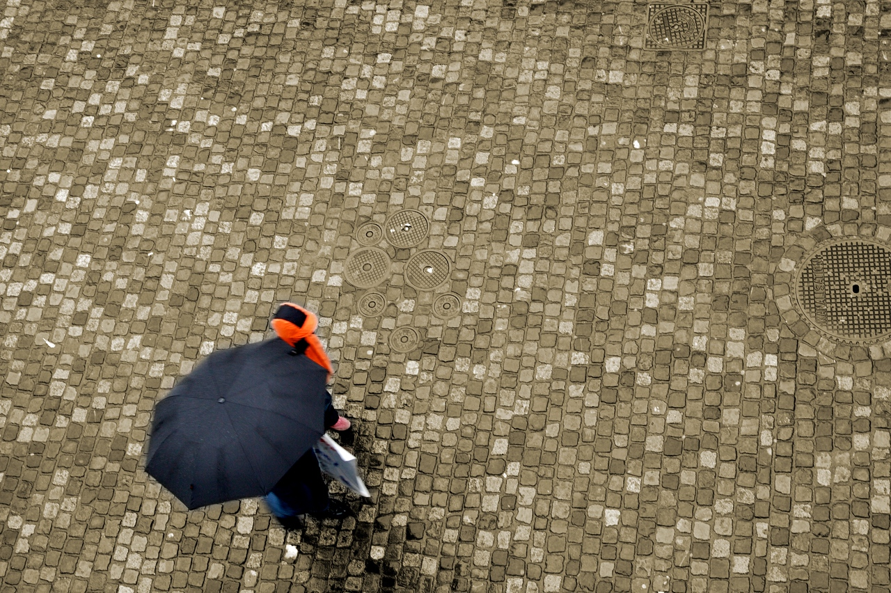 Strolling in the rain • A father and daughter protect themselves from the falling rain as they walk along Niederdorfstrasse in Zurich.