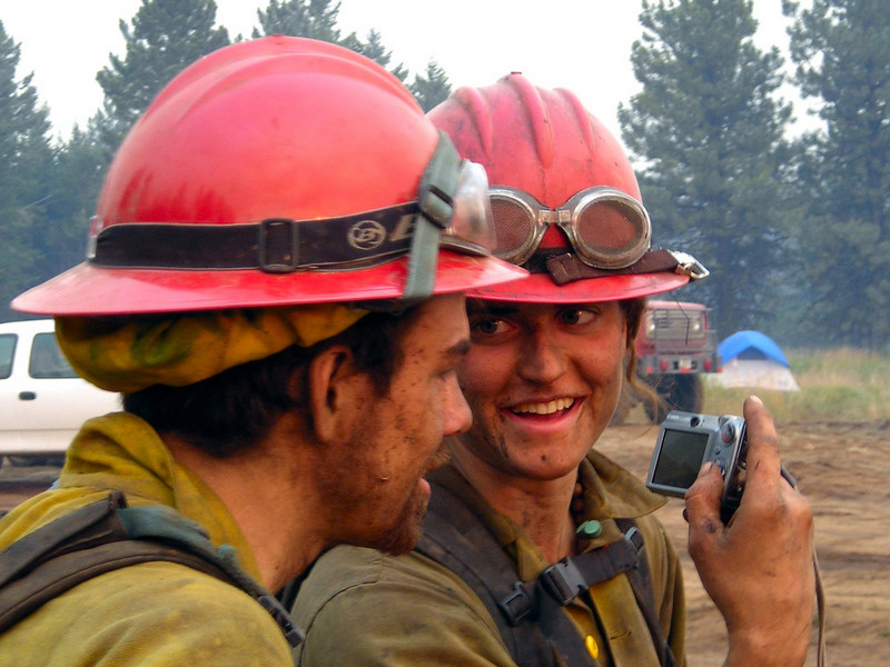 Mal Smyth and Sarah Quimby check out some photos while waiting for the fire to advance closer.