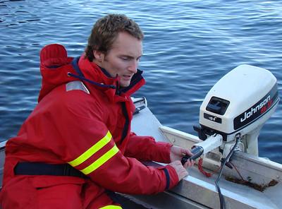 Trener Arne Tvedt-Gundersen har fått på seg flytedrakt og er klar til å kjøre sikringsbåt