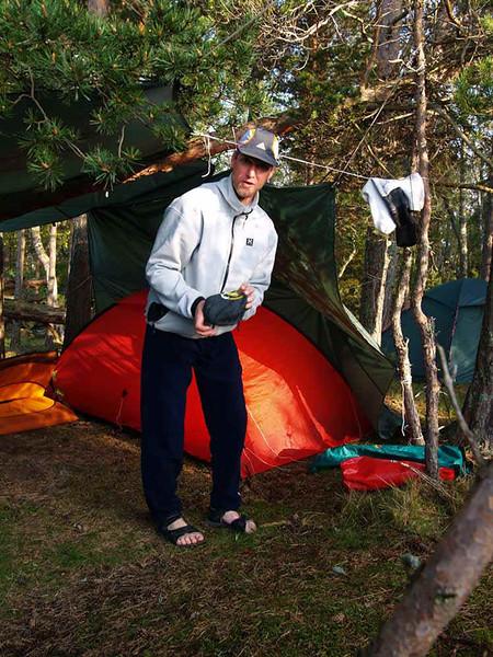 Ronny hittade bästa tältplatsen, under vidskyddet, torrt liksom!